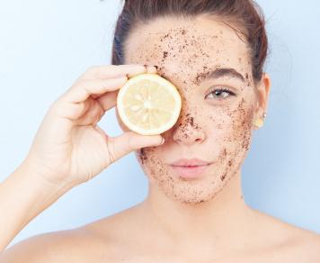 Peelingi twarzy i ciała – dlaczego warto je stosować?